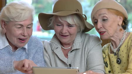 piada : Cheerful senior women with tablet. Ladies talking and laughing. Vídeos
