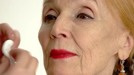 eski moda : Face of senior woman isolated. Hand with a cotton pad. Beauty tips for skin.