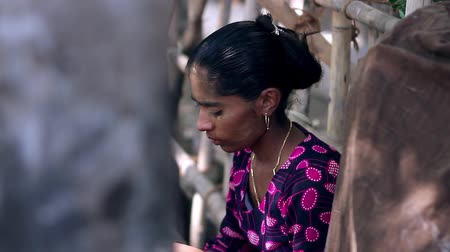 carrancudo : Indian woman sitting pensive and sad. Stock Footage