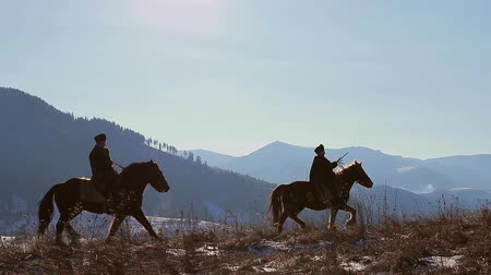 запад : Evening walk on horses through the mountains.