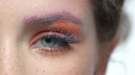 psikoloji : Eye makeup macro. Bright orange eyeshadow. Stok Video