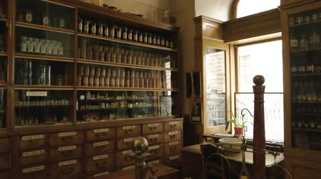 terazi burcu : Old drugstore interior. Medicaments and scales. History of medicine. Stok Video