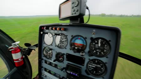 экипаж : Landing a helicopter on a green meadow. Panorama from cabin of the helicopter. Стоковые видеозаписи