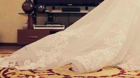 kružba : Long plume of the bride dress stretches the carpet. Wedding day. The bride goes to the groom on the meeting. Wedding ceremony. Bridal veil. Dostupné videozáznamy