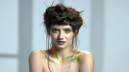 rainha : Beautiful nature themed makeup. Romantic young woman.