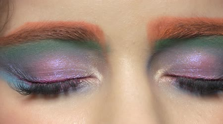 paleta : Beautiful female eyes makeup. Glitter eyeshadow close up. Wideo