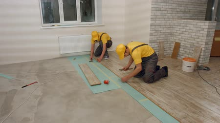 laminát : Brigade of workers laying laminate. Laying laminate. Dostupné videozáznamy