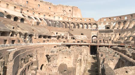 colosseo : Colosseum and people, day. Famous landmark of Rome.