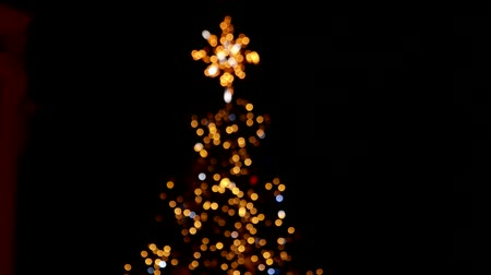 el feneri : Defocused christmas tree with flashing lights. Camera is moving down.