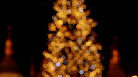 lanterna : Glowing lights on a christmas tree. From the bottom to the top.