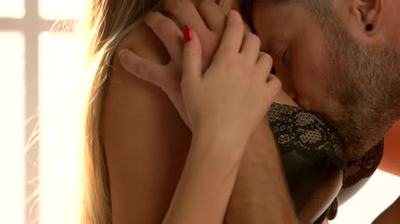 болваны : Man kissing womans breast. Young couple, foreplay. Стоковые видеозаписи