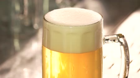 artigos de vidro : Perfect beer froth. Head of beer with perfect foam. Beer foam reducing.