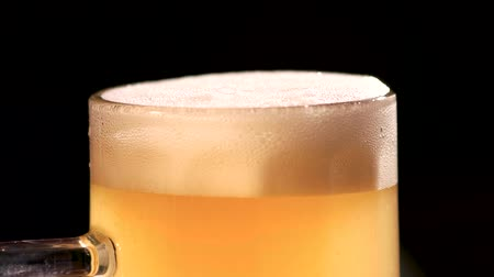 スクレーパー : Beer foam scraper using. Close up macro excess beer foam cutting. Thick beer stirring, mixing up.