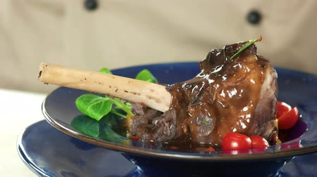 kavurma : Cooked lamb shank, spinach leaves. Meat dish close up. Stok Video