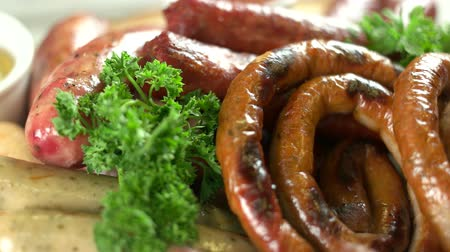 apetitoso : Cooked sausages close up. Delicious grilled food.