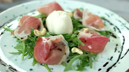 orzechy włoskie : Arugula and prosciutto salad. Herb, meat and nuts.