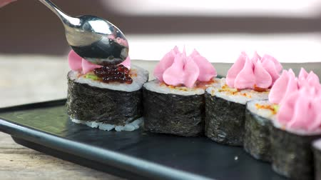 kaviár : Sushi rolls with caviar. Delicious Japanese food close up.