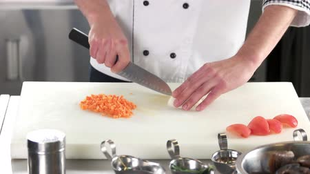 разделочная доска : Chef chopping onion. Hands with knife fresh vegetable. Стоковые видеозаписи