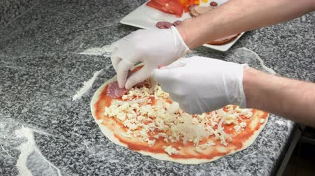baharatlı alman sosisi : Hands preparing pizza. Cheese meat and vegetables. Stok Video