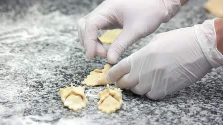 клецка : Hands of chef making ravioli. Food preparation pastry.