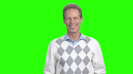 simbolo ok : Mature man showing ok sign. Happy middle-aged man gesturing with thumb up on chroma key background. Agreement and success concept. Archivo de Video