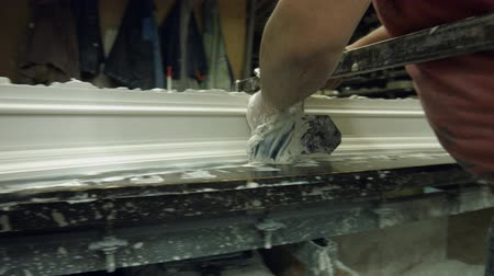 gips : Gypsum shaping in workshop. Manufacturing of cornice by skillful specialist. Production of expensive cornices at manufacture. Wideo