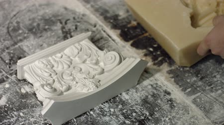 gips : Worker removing silicone mold from gypsum piece. Beautiful gypsum decoration element. Interior architecture pattern. Luxury design of gypsum product. Wideo
