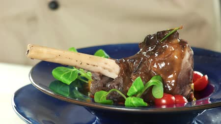kavurma : Cooked meat close up. Lamb knuckle, sauce and spinach. Stok Video