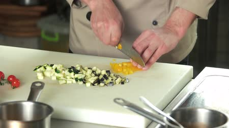 beringela : Chef chopping bell pepper. Hands of man cutting vegetable. Stock Footage