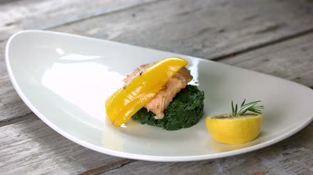 espinafre : Grilled fish, spinach and sauce. Healthy seafood dish.