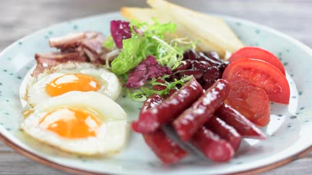 kiełbasa : English breakfast close up. Fried eggs, bacon and vegetables. Wideo