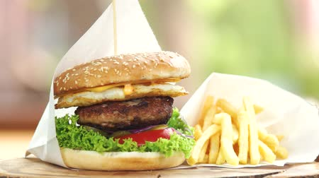 соленья : Fast food close up. Beef burger and french fries. Стоковые видеозаписи
