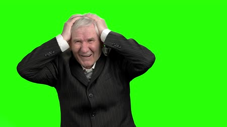 porażka : Businessman lost money, slow-motion. Bad investment or economic crisis old man in suit expressions, green hromakey background. Wideo