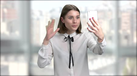 bate papo : Excited young woman talking via internet. Young business woman having conversation via video chat conference at office. Stock Footage
