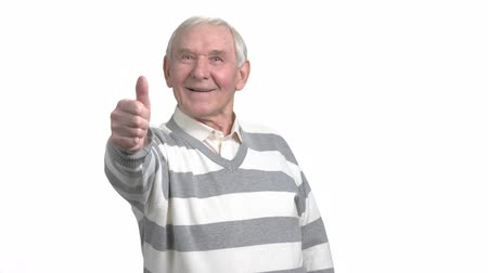vrásčitý : Pensioner showing thumb up, white background. Happy smiling older man with thumb up gesture isolated on white background.