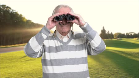 nagyítóüveg : Retired man with binoculars outdoors. Senior man looking through binoculars and enjoying beautiful landscape. Preparing for happy retirement.