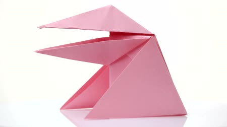 žába : Pink origami frog isolated on white. Easy paper figure for beginners. Japanese art of folding. Paper crafts tutoring.