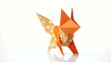 лиса : Orange color origami fox. Creative origami animal made from patterned paper. Beautiful paper artwork. Стоковые видеозаписи