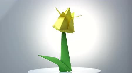 instruções : Yellow origami tulip flower. Beautiful spring plant made from paper. Easy instructions for creating origami flower.