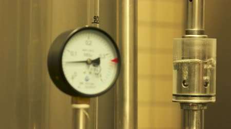 kormányoz : Gauges pressure control device. Manometer at craft brewery in action. Stock mozgókép