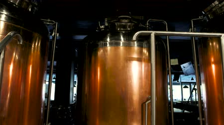 пивоваренный завод : Copper brew kettles. Red copper beer brewing tanks, brewery equipment. Brewery machines made of copper. Стоковые видеозаписи