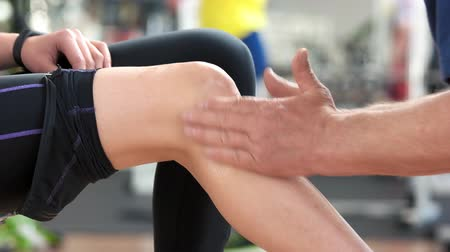painéis : Woman has knee pain. Muscle strain or muscle cramp. Training and medical concept.