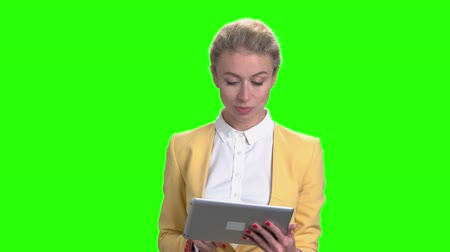 вырезка : Elegant business woman working on digital tablet. Pretty confident business lady using portable tablet on chroma key background. Стоковые видеозаписи