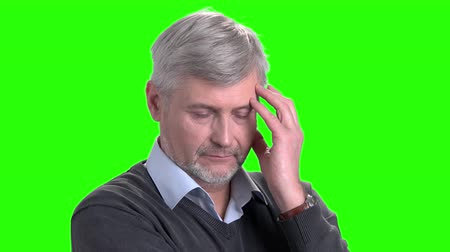 вырезка : Portrait of thinking mature man. Elderly man looking pensive on chroma key background. Searching right solution.