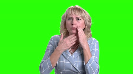 fájdalmas : Sick mature woman on green screen. Middle-aged female person suffering from cough and sore throat. Symptoms of influenza.