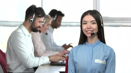 egyetért : Cheerful asian office girl with co-workers background. Adorable young asian woman in office in front of colleagues.