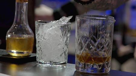 джин : Pouring alcohol drink in the glass. Rum pouring. close up, slow motion.