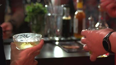 karczma : People holding glasses of alcohol drinks. Close up hands with glasses of cocktails. Wideo