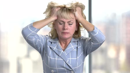 migrén : Mature woman having headache. Stressed busineswoman with headache, migraine or forgetfulness.