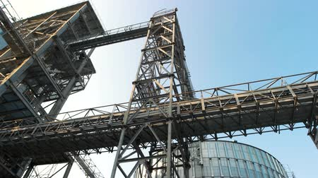 хранилище : Steel frame building, up view. Steel metal construction.